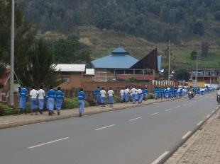 Rwandese schoolkinderen op weg naar uitleg over genocide
