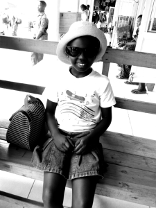 Achtjarig Rwandees meisje met hoed en zonnebril