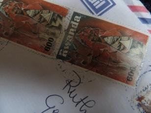 Een brief uit Afrika met een Rwandese postzegel